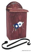 boîte aux lettres en bois teint et peint à la main